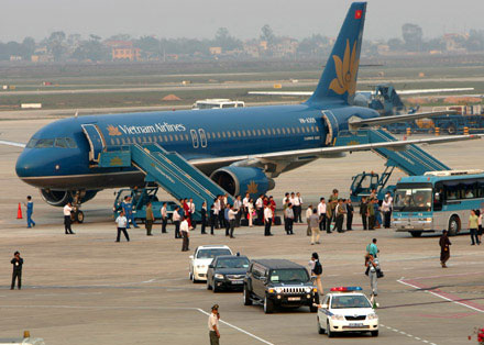 Hành khách đi bay luôn phải lên xuống máy bay bằng cửa bên trái là sao?